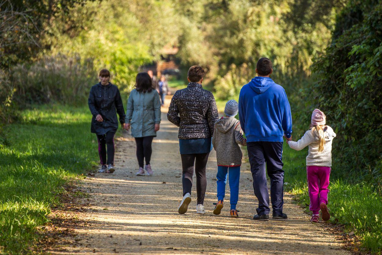 Šetači na poučnoj stazi Svetomartinska Mura