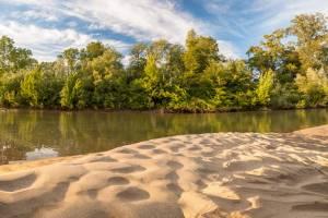 Pješčani sprud na obali rijeke Drave
