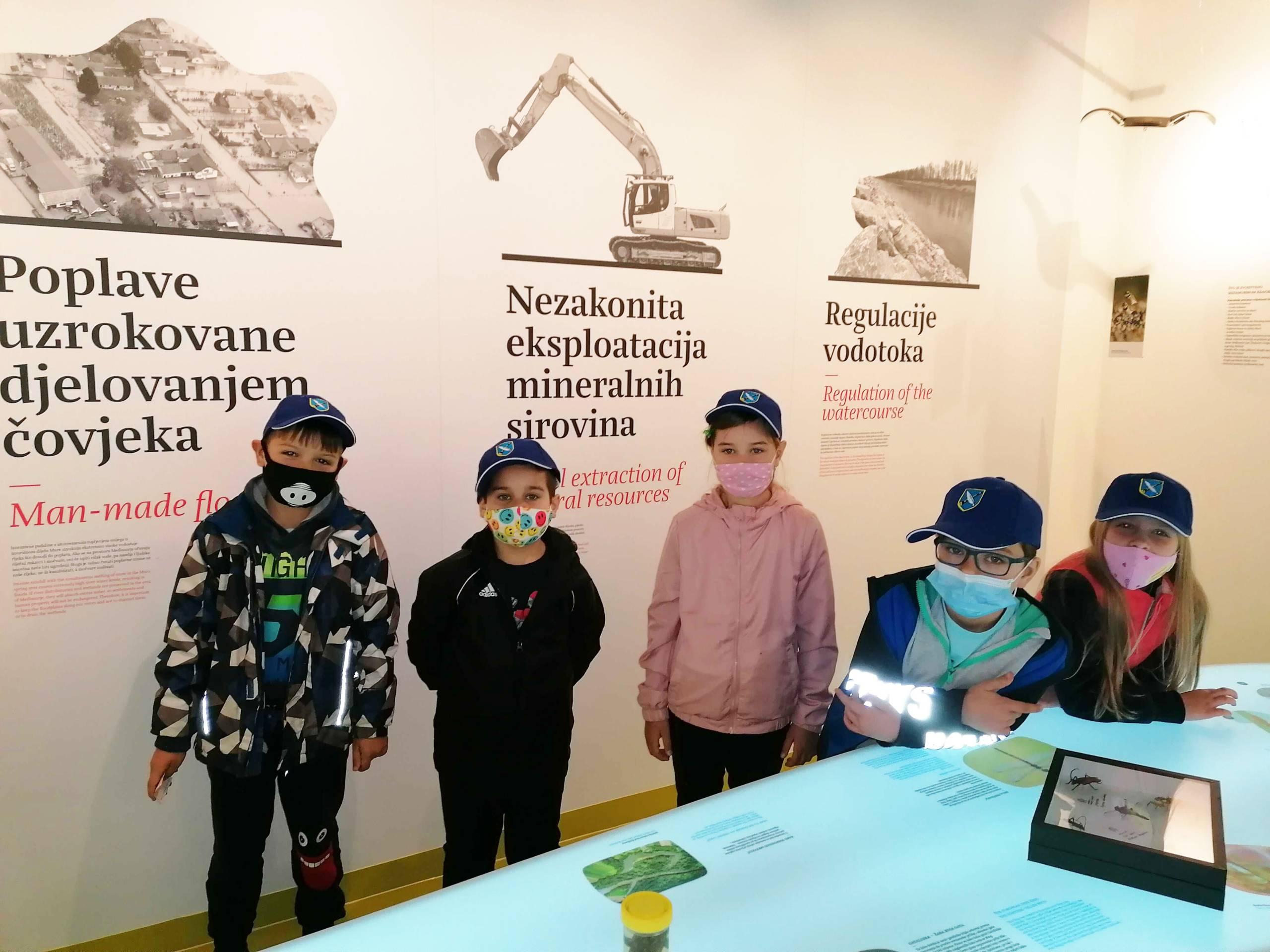 Dekanovski prvašići obišli Centar i razgledali izložbu fotografija